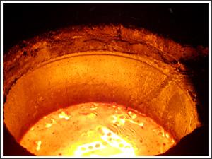 熔化中的5吨电炉钢水